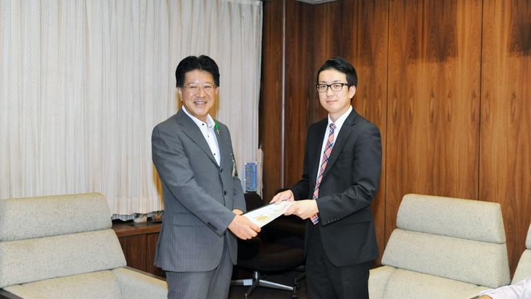 策定したビジョンをリーダーの後藤大助さんが市長へ手渡しました。