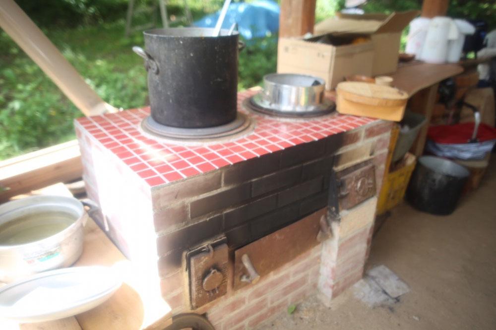 火がS字に熱を送り込み、少ない薪でも熱効率がとても良い愛農かまど。全国愛農会の方に協力していただき、3日間泊まりこみで完成させたそうです。