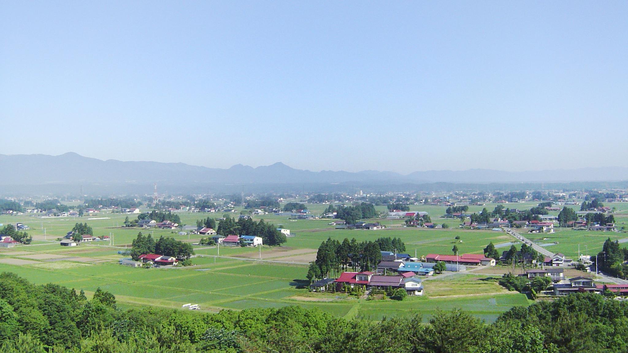 人口は約12万人で市民の約3人に1人が何かしらの形で農業に関わりを持つ岩手でも有数の農林畜産物の産地です。水沢区を中心に市街地が広がり街の中央を北上川が流れ、市の中心部からもほど近い胆沢区には日本の原風景が残る日本三大散居村が広がります。