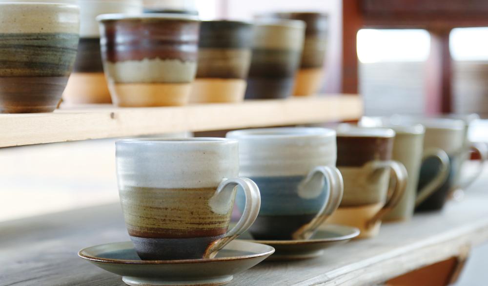 洋一さんの制作するカップ。ひとつひとつ手作業で制作するため同じ柄でも微妙に風合いが異なる。