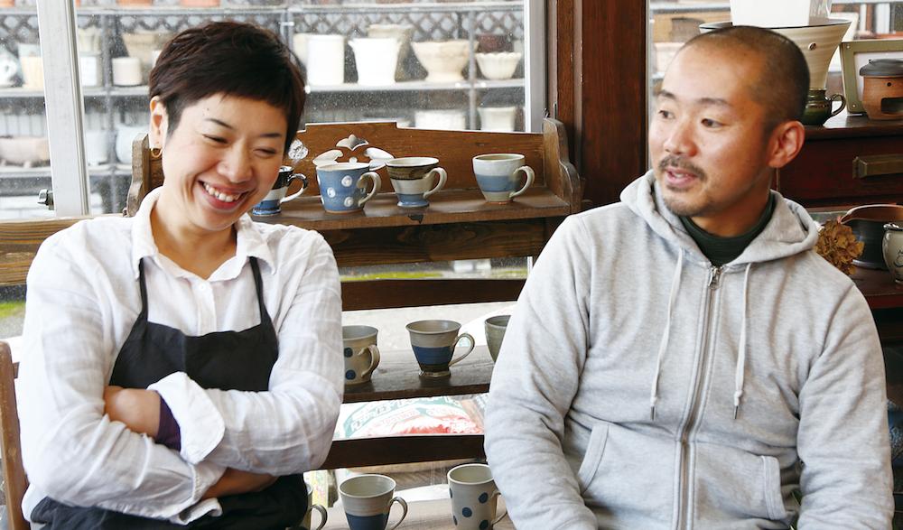 奥州市ののんびりした空気が子育てに最適と話す洋一さんと崇子さん。