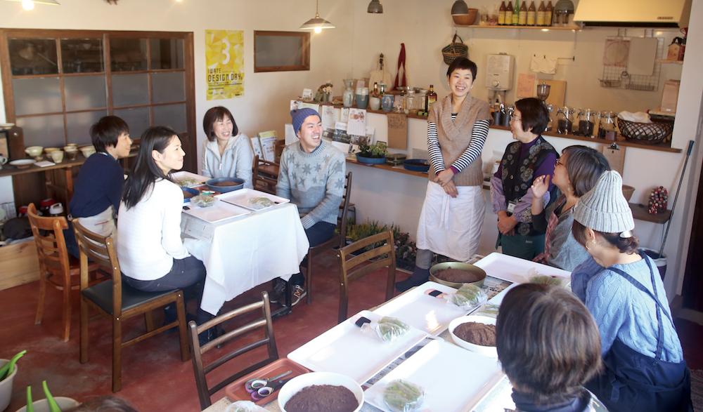 喫茶スペースでは苔玉ワークショップの講師を務める洋一さんの母、聡子さん。終了後は崇子さんの淹れるコーヒーで一息。