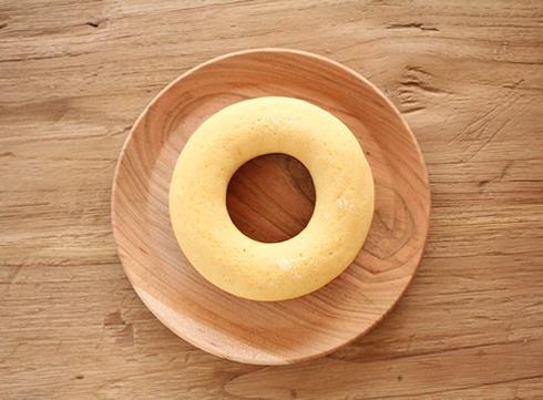 """地粉の店 やどり木の米粉ドーナツは、南部鉄器のOIGEN「タミさんのパン焼き器」でひとつひとつ焼いたヘルシーな焼きドーナツ。 米粉はもちろん奥州市産、卵はおなじみまっちゃんたまご、塩は九戸の特産品のだ塩を使っています。 材料の8割以上に岩手県産材料を使用した、まさに""""made in いわて""""なドーナツです。"""