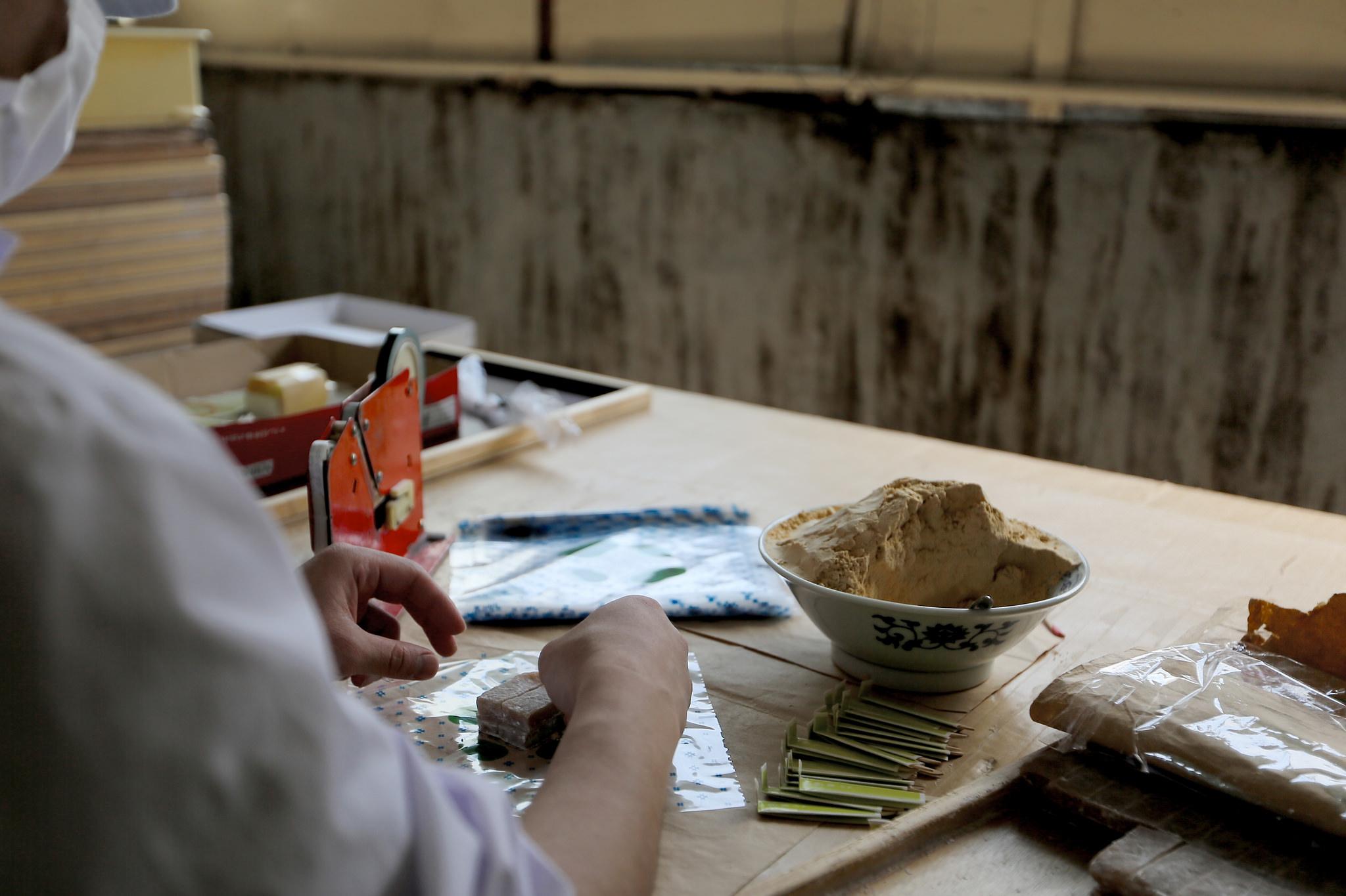 お店の裏では、職人さんがひとつひとつ丁寧にお菓子を手作りしています。
