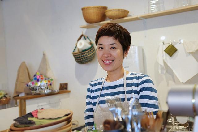 喫茶店をひとりで切り盛りする崇子さん長年の夢だった喫茶店のオープン、 洋一さんの修行の地でもある、益子焼きの産地栃木県益子でカフェ定員として働き、 オープンへの夢を抱きながら益子での日々を過ごします。