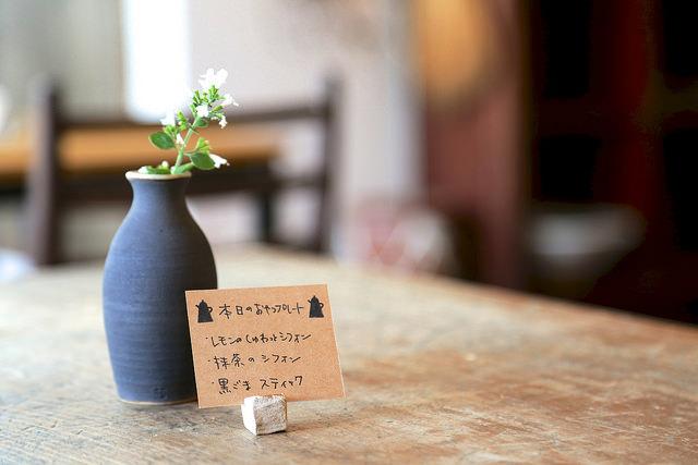 テーブルに並んだ花瓶やカードスタンドも手作り!細かな部分にも手しごとの良さが垣間みれます。