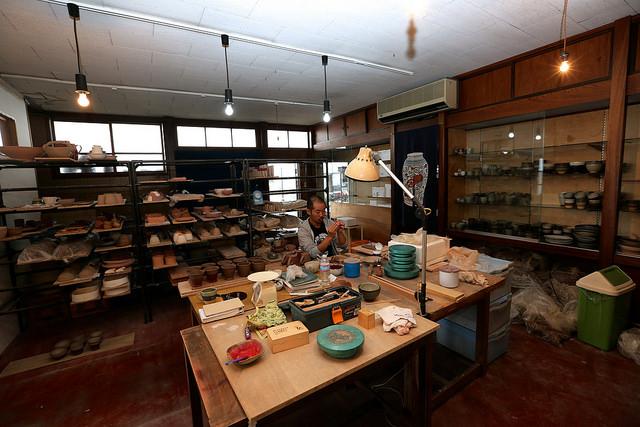 喫茶店の裏は体験教室を行う作業場兼販売する陶器をつくる陶房があります。