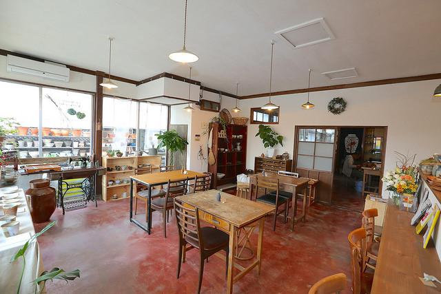 長らく地元の園芸店として営業していた背景もあり、若者が好みそうなお洒落な店内ですが、意外にも平日は年配の方の来店も多い喫茶店です。道路沿いの窓から店内が見えて非常に入りやすい雰囲気です。