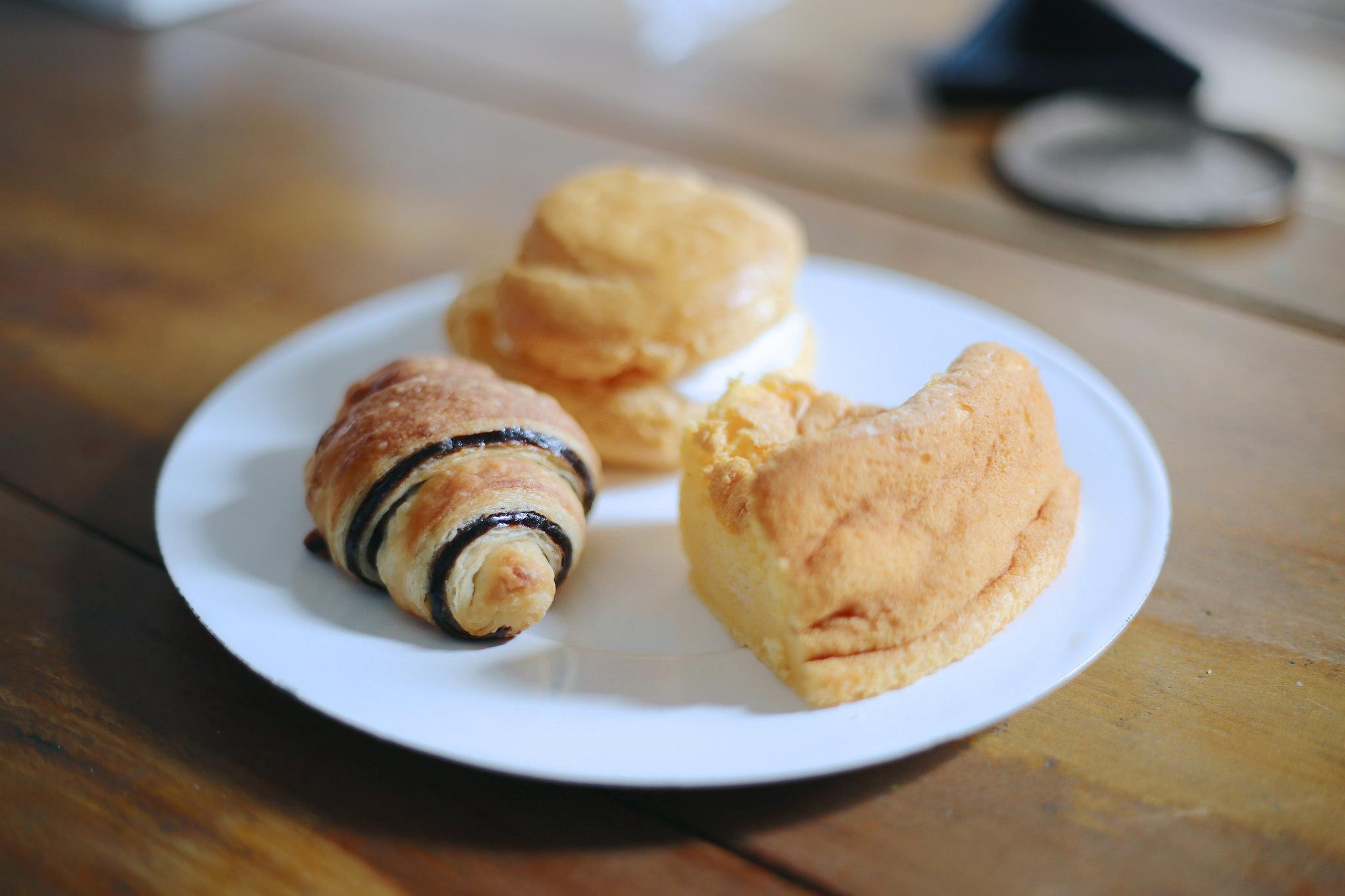 今ではすっかりメジャーになった米粉パン。 夢の里工房のクロワッサン&米パンは江刺産の特別栽培米(安心安全に配慮して栽培されたお米)を使用した手作りのパンです。 外見からはイメージできないもちもちっとしたクロワッサンは、ありそうでなかった絶妙な食感を味わえます。
