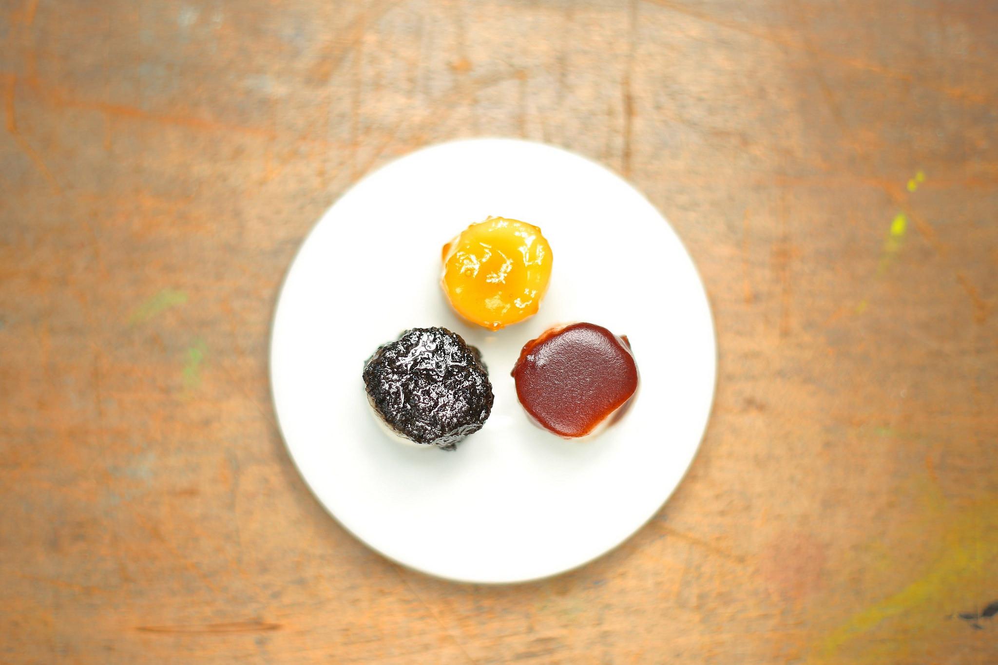 こちらは菊地タカ商店の切りだんご。 しょうゆ、ごま、あんこの3種類は定番中の定番ですね。 お米の他、小豆も市産のものを使用しています。