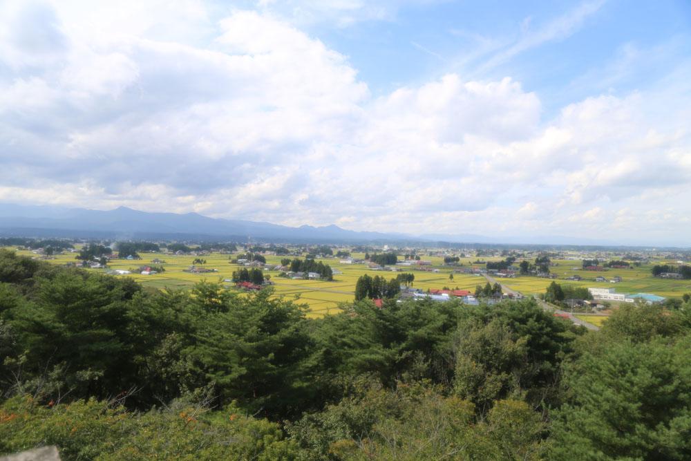 胆沢平野は日本三大散居のひとつと呼ばれていて、家々が分散し、またその家の周りには防風林(屋敷林)があることが特徴です。