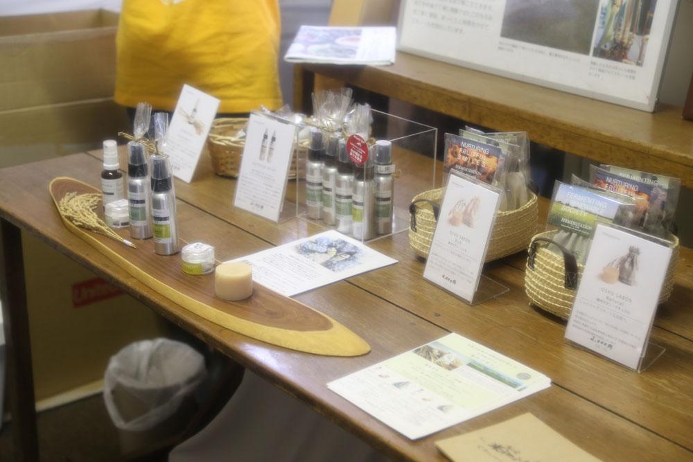 お米を原料として作られた数々の商品、お米でできた消臭スプレー「コメッシュ」や虫除けスプレー、化粧水、もろみ粕で作った石鹸など。