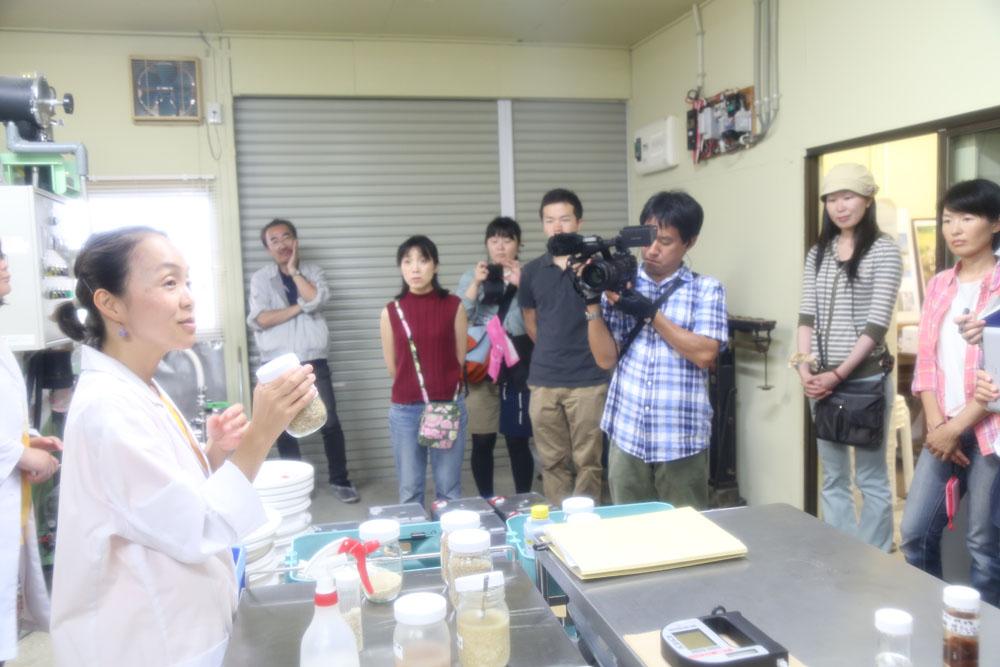 ファーメンステーション代表取締役の酒井里奈さん、 またツアー事務局も務める渡辺奈津子さん、渡辺麻貴さんが抽出されたエタノールや発酵・蒸留装置などを実際に披露しながら説明してくださいました。