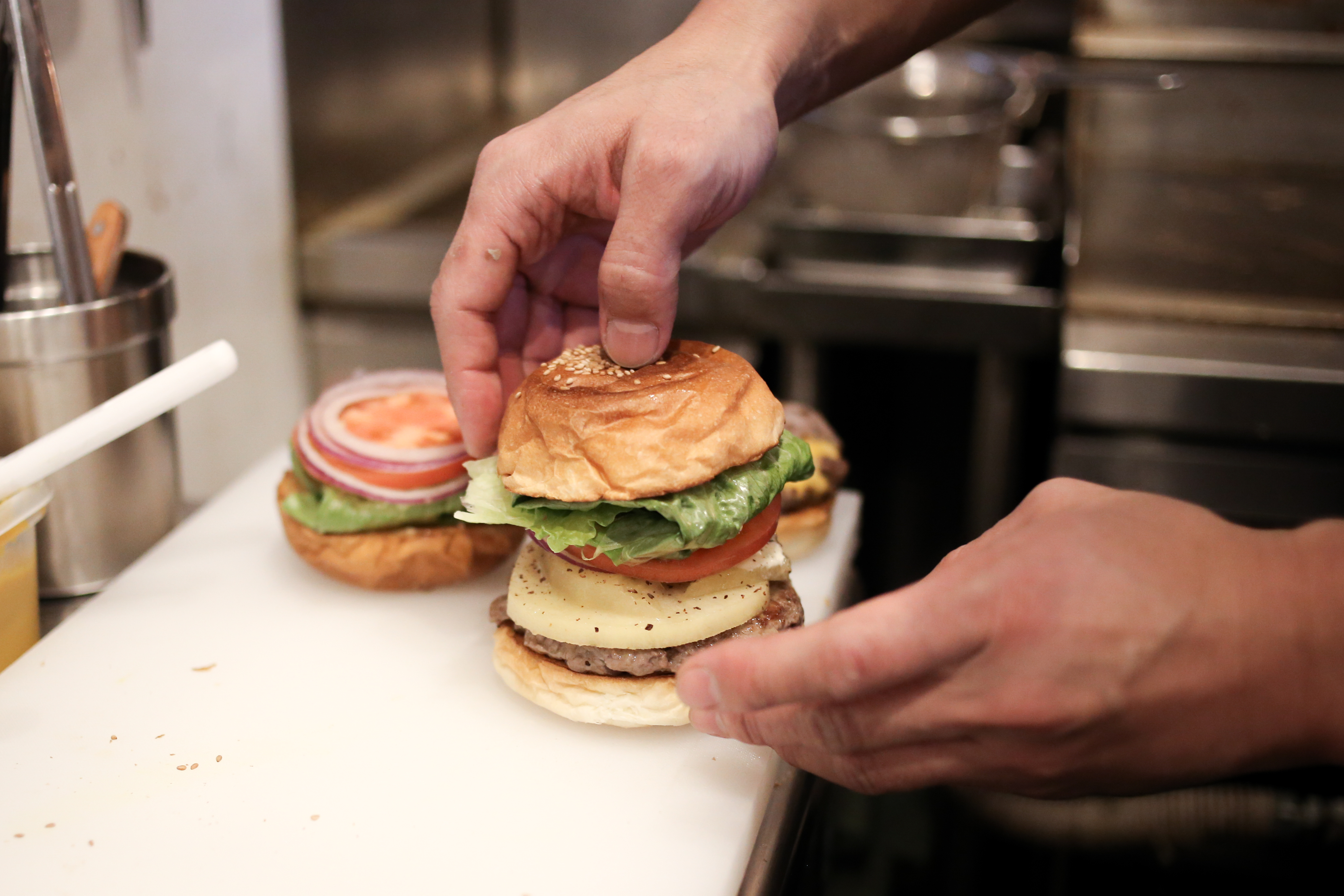 すべての食材を同時に食べられるように、パティのサイズに合わせて、中にはさむ食材の大きさも調整されています。