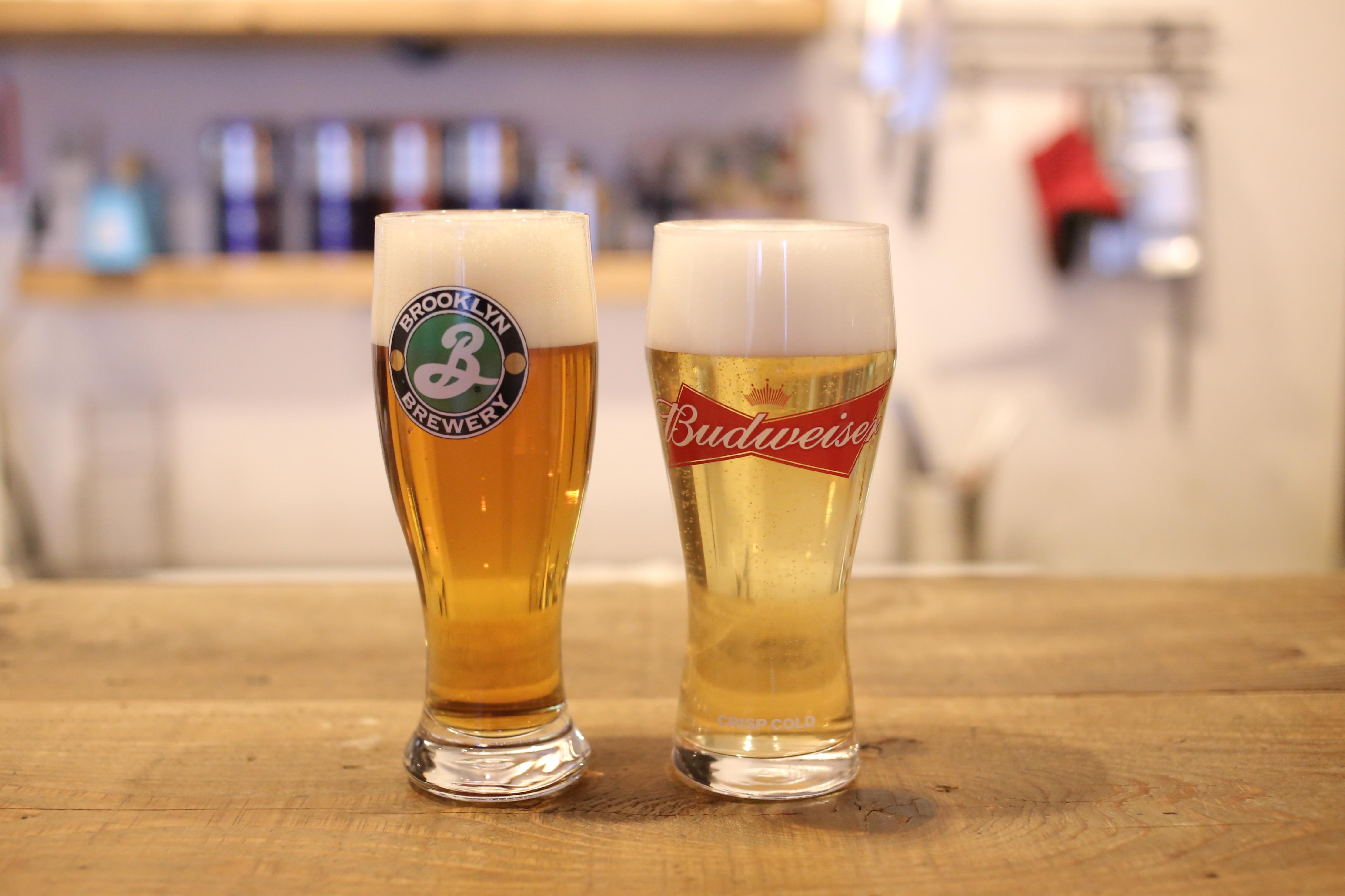 ドラフトビールは「バドワイザー」「ブルックリンラガー」の2種類。その他にもボトルビールやソフトドリンクが充実しています