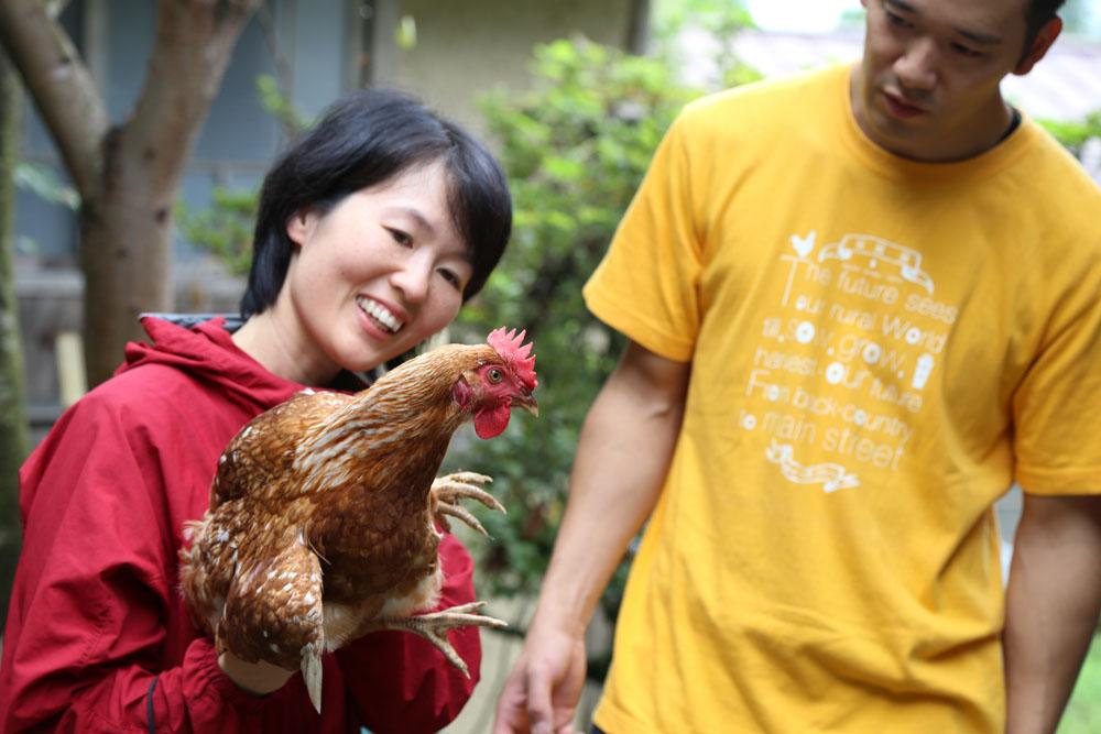 鶏は中枢が発達していて意識しなくてもバランスがとれるそう。 頭部を固定する能力も発達していて揺らしても頭はぶれません。すごい!
