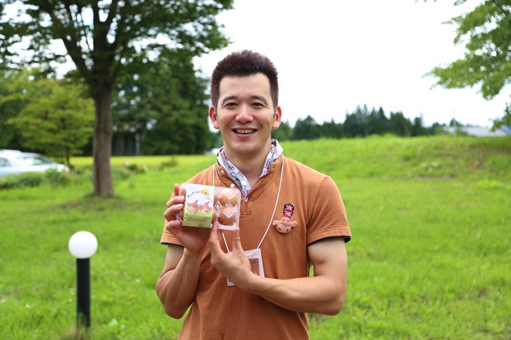 松本養鶏場の松本崇さん。安全でおいしいたまごのため、エサはすべて国産。