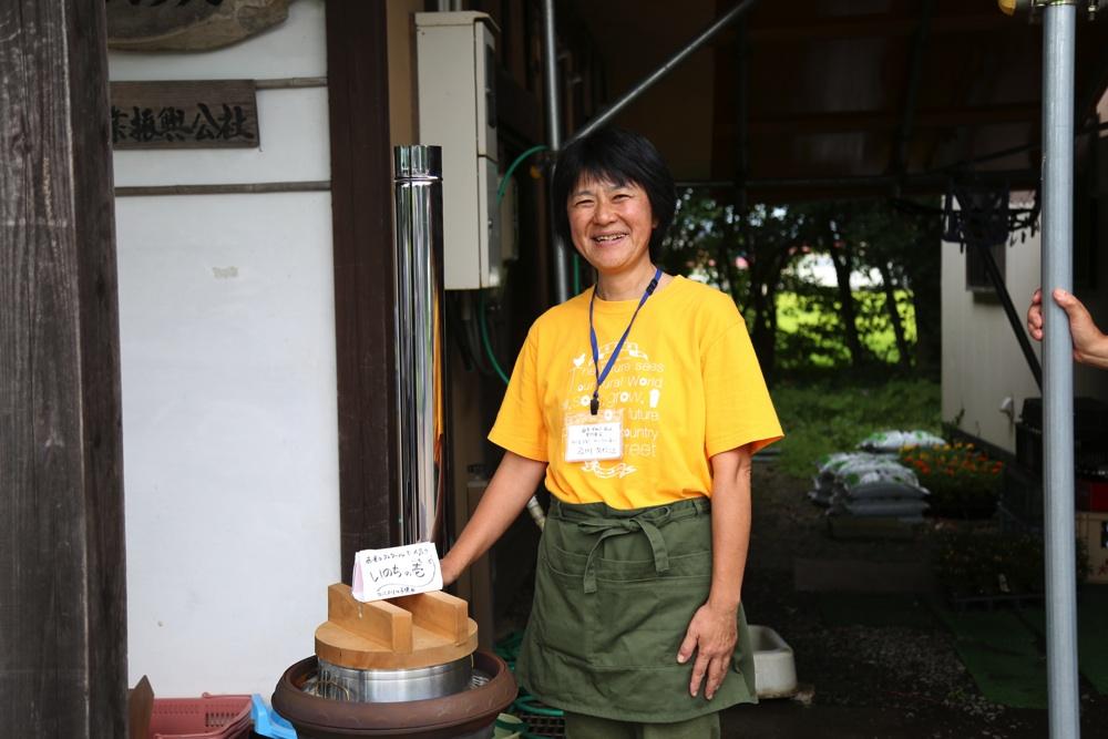 もみ殻を燃料にした南部鉄器の「ぬか釜」でごはんを炊く及川久仁江さん。