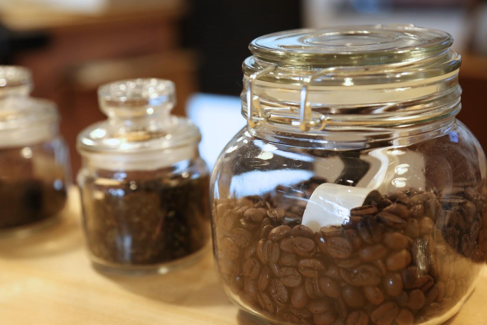 オススメは自家焙煎のコーヒーで注文を受けてから豆を挽きます。地球屋では酸味よりも苦味が特徴のコーヒーを淹れます。 コーヒーは豆によっても味は違ってきますが浅く炒ると酸味が強くなり深く炒ると苦味が強くなります。 ドリンクメニューは忙しいビジネスマンの方なども利用できるようにテイクアウトできます。
