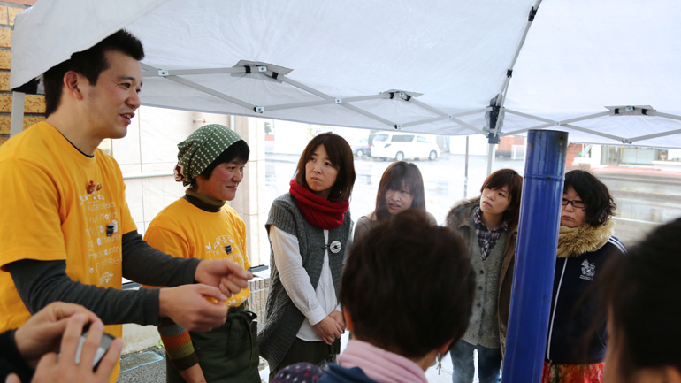 まっちゃんたまごを販売する松本さん(左)