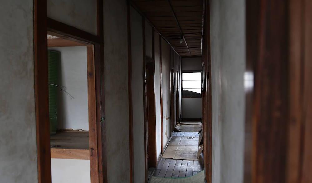 水沢駅裏のリノベーションを進めている物件。元下宿の奥に細長い家です。