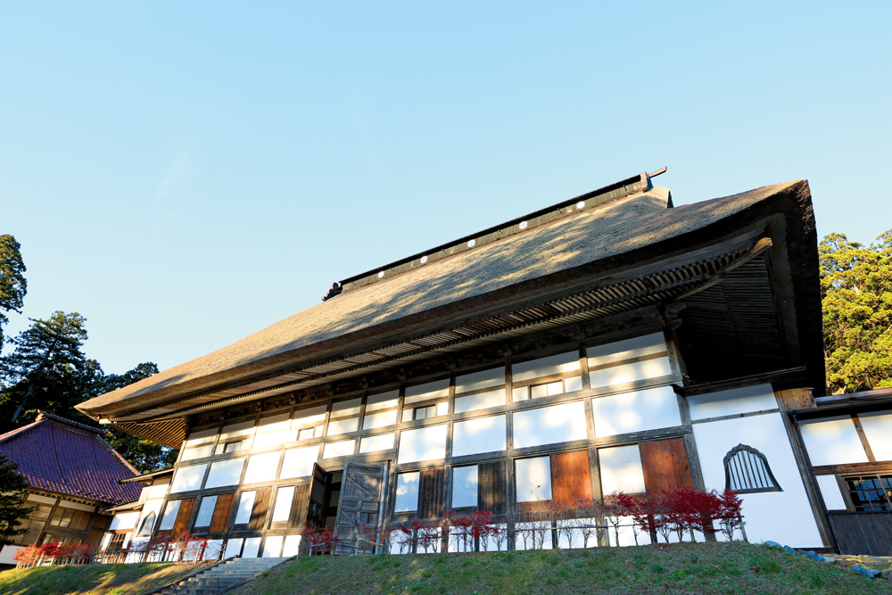 日本一大きい茅葺き屋根といわれる大屋根が圧巻! 国の重要文化財にも指定されている、おすすめスポットです。
