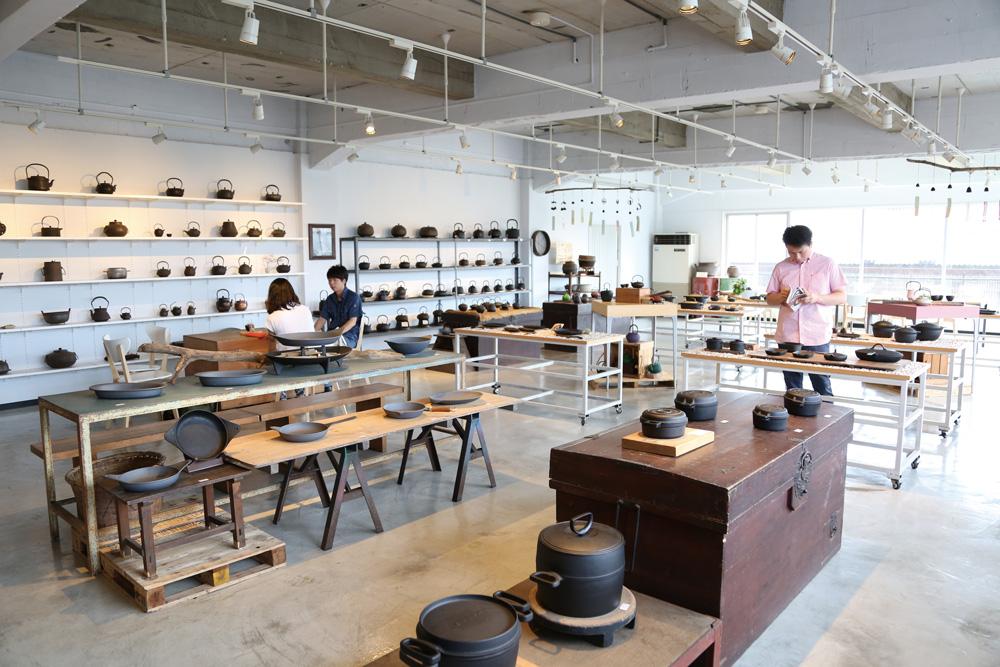 おみやげは奥州市の名産「南部鉄器」を。海外へも展開している「OIGEN」のショールームでは、南部鉄器を直接手に取ってその良さを体験できます。どれを買うか迷ったら、店員さんにおすすめを聞いてみましょう。