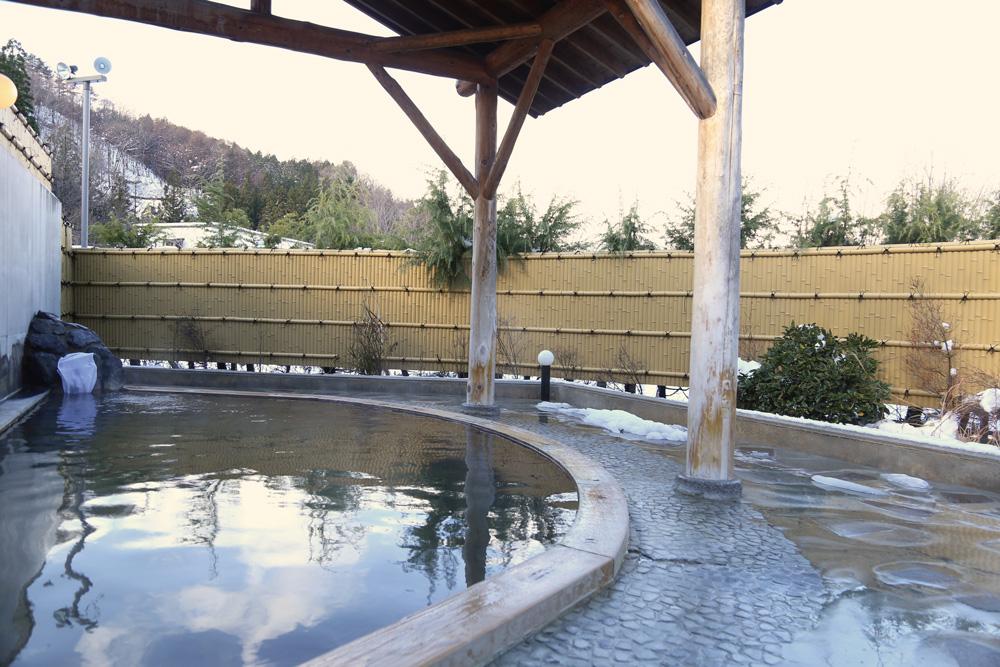 地元の人も訪れるアットホームな温泉宿「ひめかゆ」ふたつの源泉からなるにごり湯は美肌効果も。冬には雪見露天風呂も楽しめます。